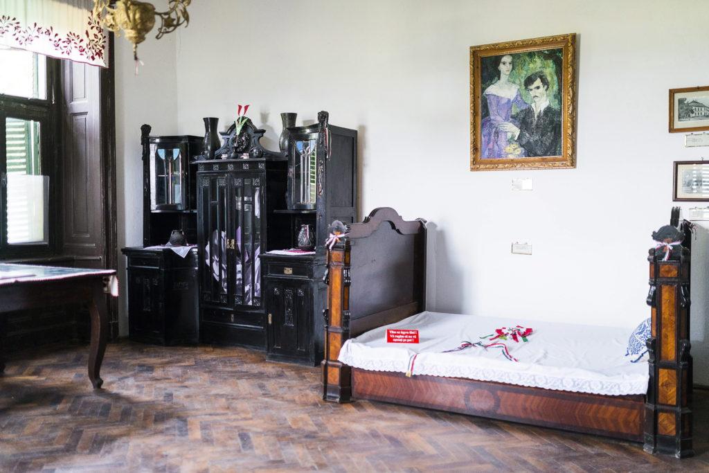 Az ijú házaspár rózsafa ágya a 18. századi Teleki-kastélyban kialakított Petõfi Múzeumban, a romániai Koltón. Petõfi Sándor és Szendrey Júlia a kastélyban töltötte mézesheteit 1847. szeptember 9-tõl október 29-ig (MTI Fotó: Balázs Attila)