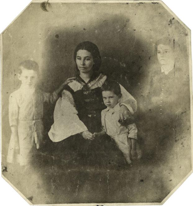 Szendrey Júlia Petőfi Zoltánnal és második házasságából származó 2 fiával, Horvát Attilával és Árpáddal, az 1850-es évek végén (Fotó: ismeretlen szerző)