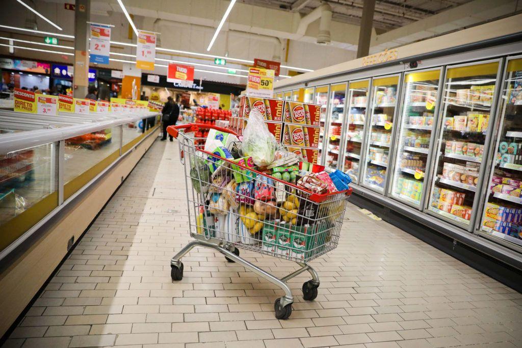 Ne halmozz fel romlandó élelmiszert, minden alkalommal ellenőrizd a termékre írt dátumot! (Fotó: MTI/EPA/LUSA/José Coelho)