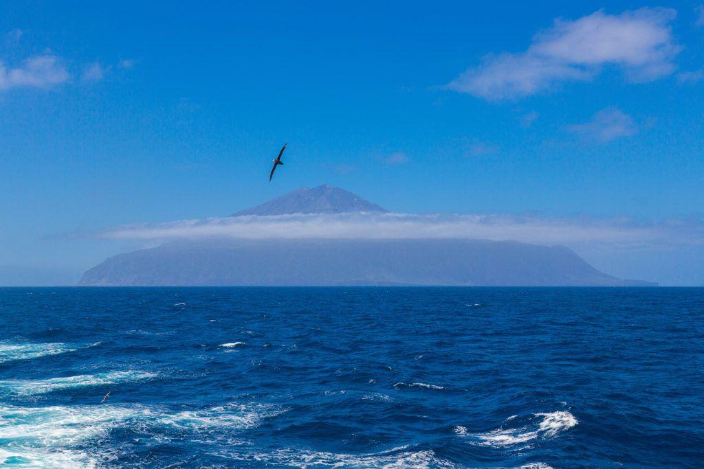 Tristan da Cunha jellegzetes vulkánja az óceán felől (Fotó: Getty Images)