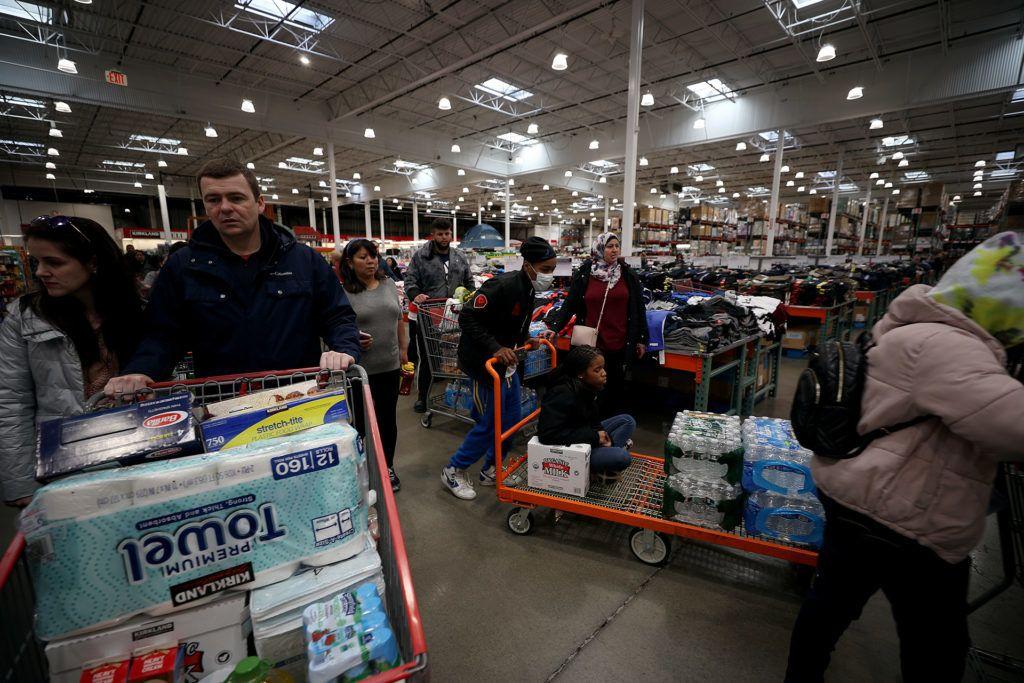 a koronavírus miatt Raklapszámra viszik a vécépapírt egy amerikai szupermarketből