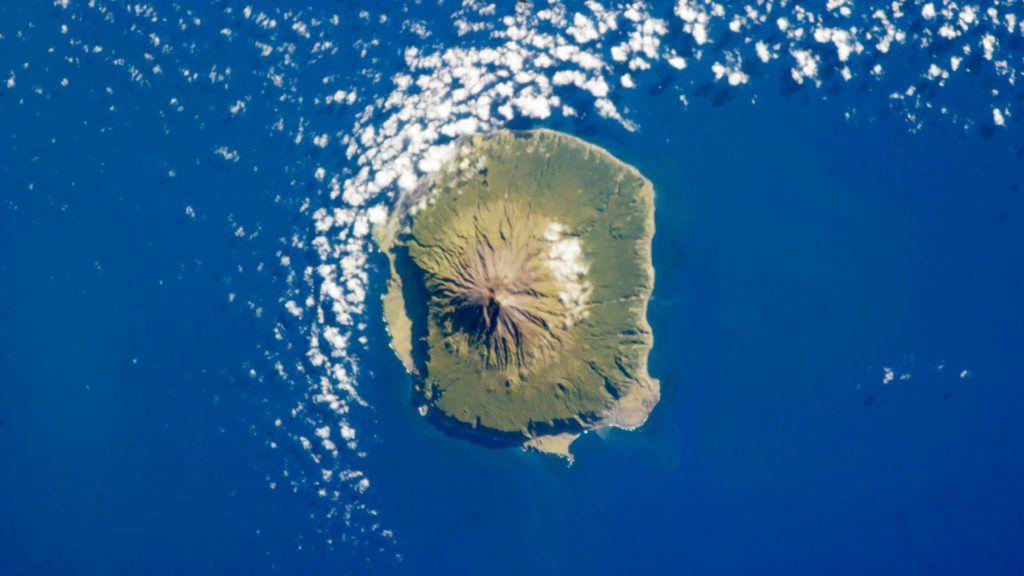 A sziget teljes lakossága a bal oldalon látható laposabb terület északi részén él (Fotó: Wikipedia)