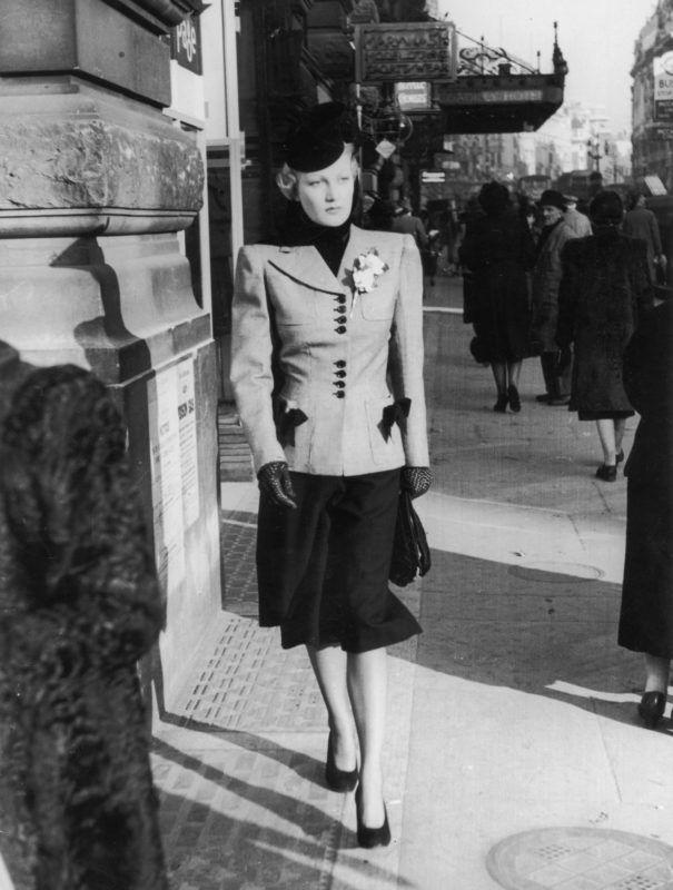 A válltömés a nők unifomisa volt a háborús időkben (Fotó: Zoltan Glass/Getty Images)