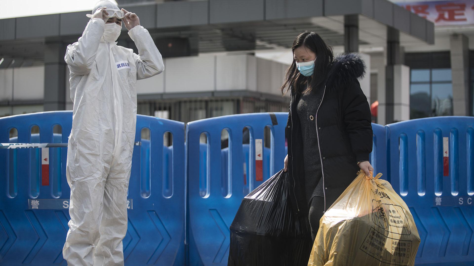 Egy gyógyult koronavírusos beteg hagyja el a kórházat Vuhanban, a járvány gócpontjában (Fotó: Stringer/Getty Images)