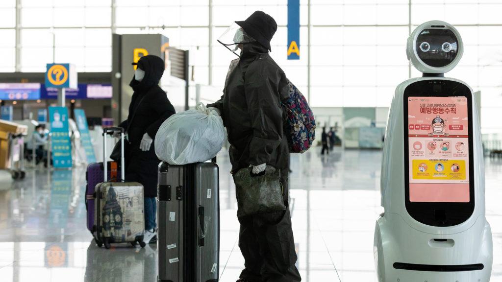 A lázmérő robotok a kínai repülőtereken is vizsgálják az utazókat, a koronavírus jeleit keresve (Fotó: Getty Images)