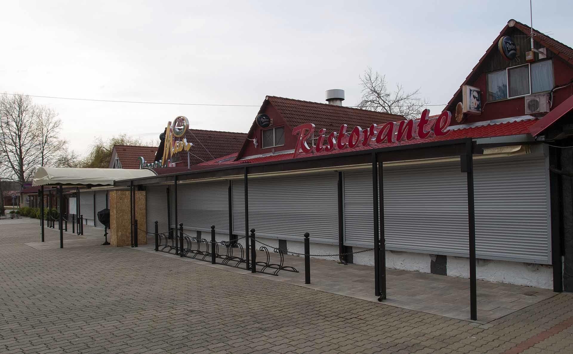 Zamárdi leghíresebb, indokolatlanul magasztalt étterme, a Mauro homlokzata. Minden év márciusában kiírják a pontos nyitást, idén még nincs kint tábla. / A szerző felvétele