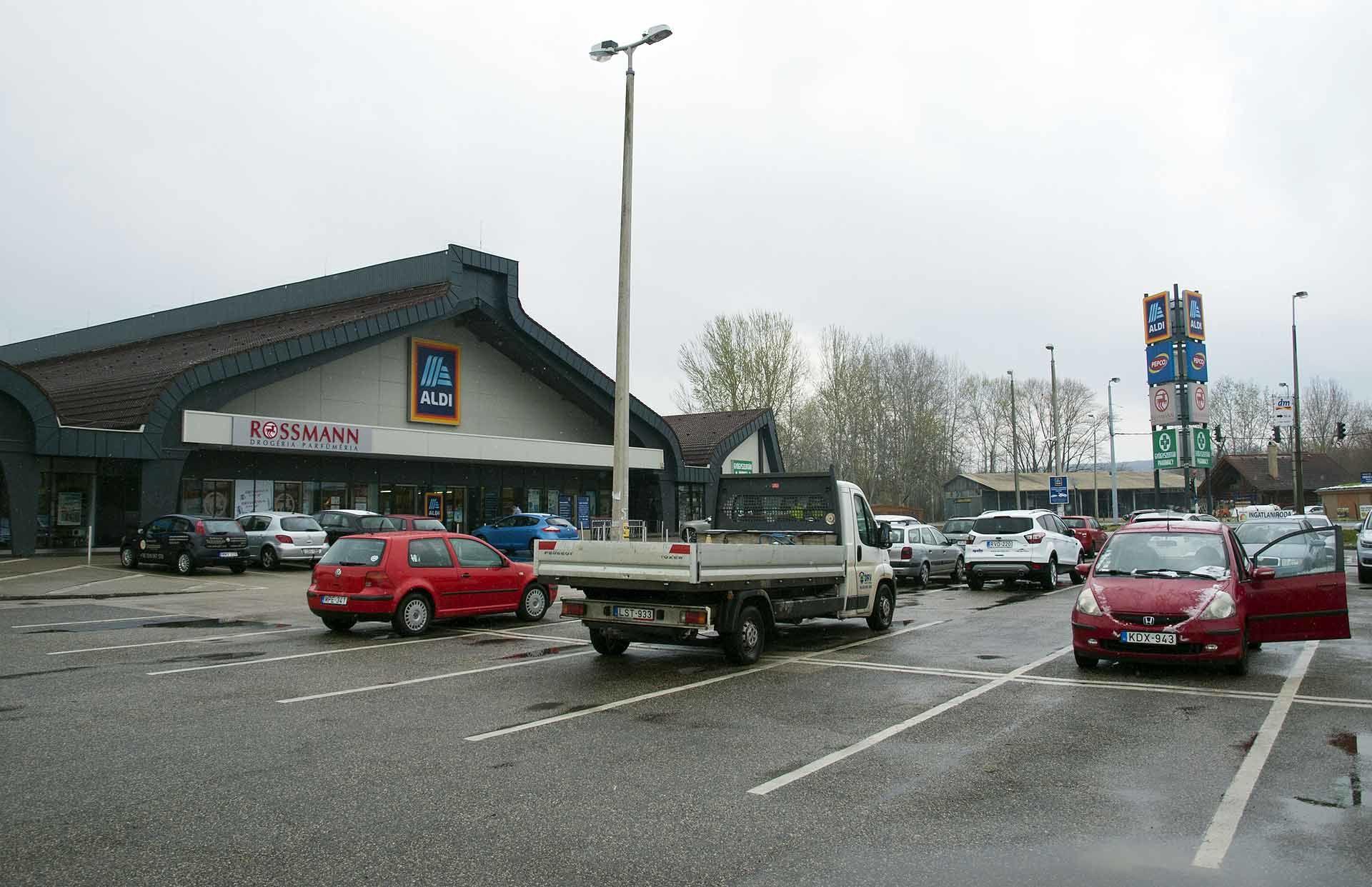 A szántódi Aldi előtti parkoló