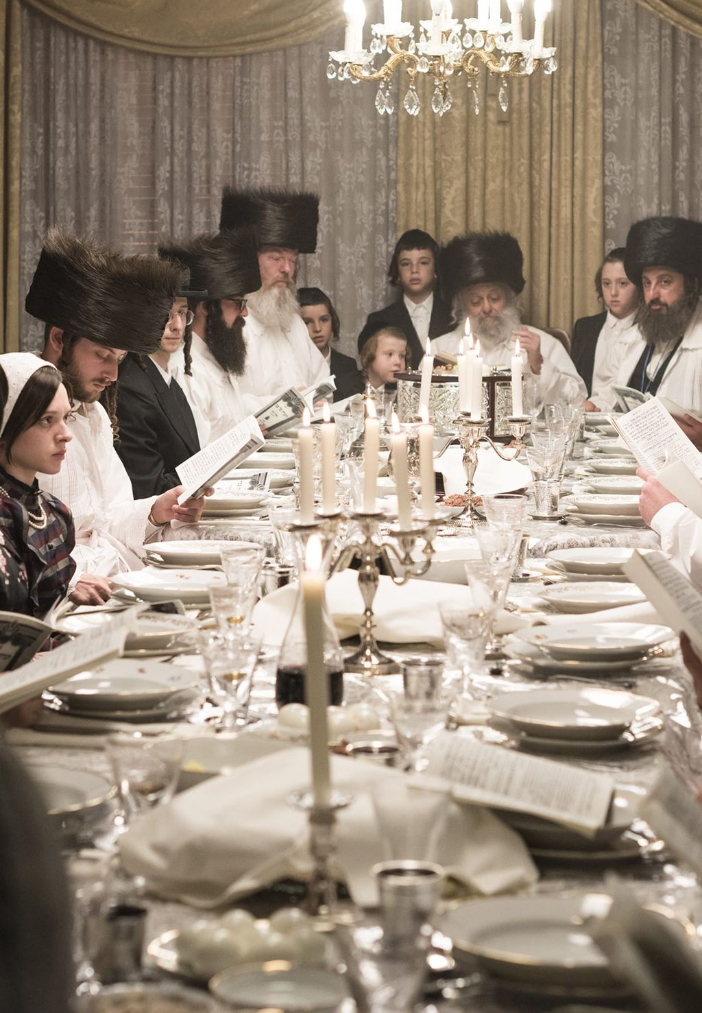 A széder-eseten sokan ülik körbe az asztalt.