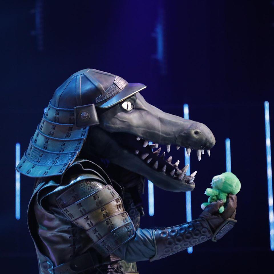Az Álarcos énekes Krokodil-álarcos versenyzője a kis krokival (Fotó: Sajtóklub)