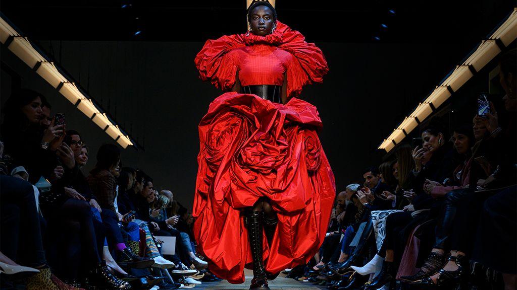 A Sarah Burton által tervezett Rózsa ruha, mely az Alexander McQueen divatház 2019/20 őszi/téli kollekciójának volt része.