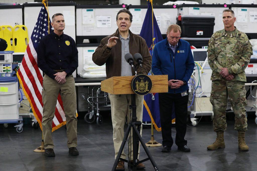 Andrew Cuomo New York kormányzója beszédet mond a Javits Convention Centerben, amit a járvány idejére kórházzá alakítottak (Fotó: Spencer Platt/Getty Images)