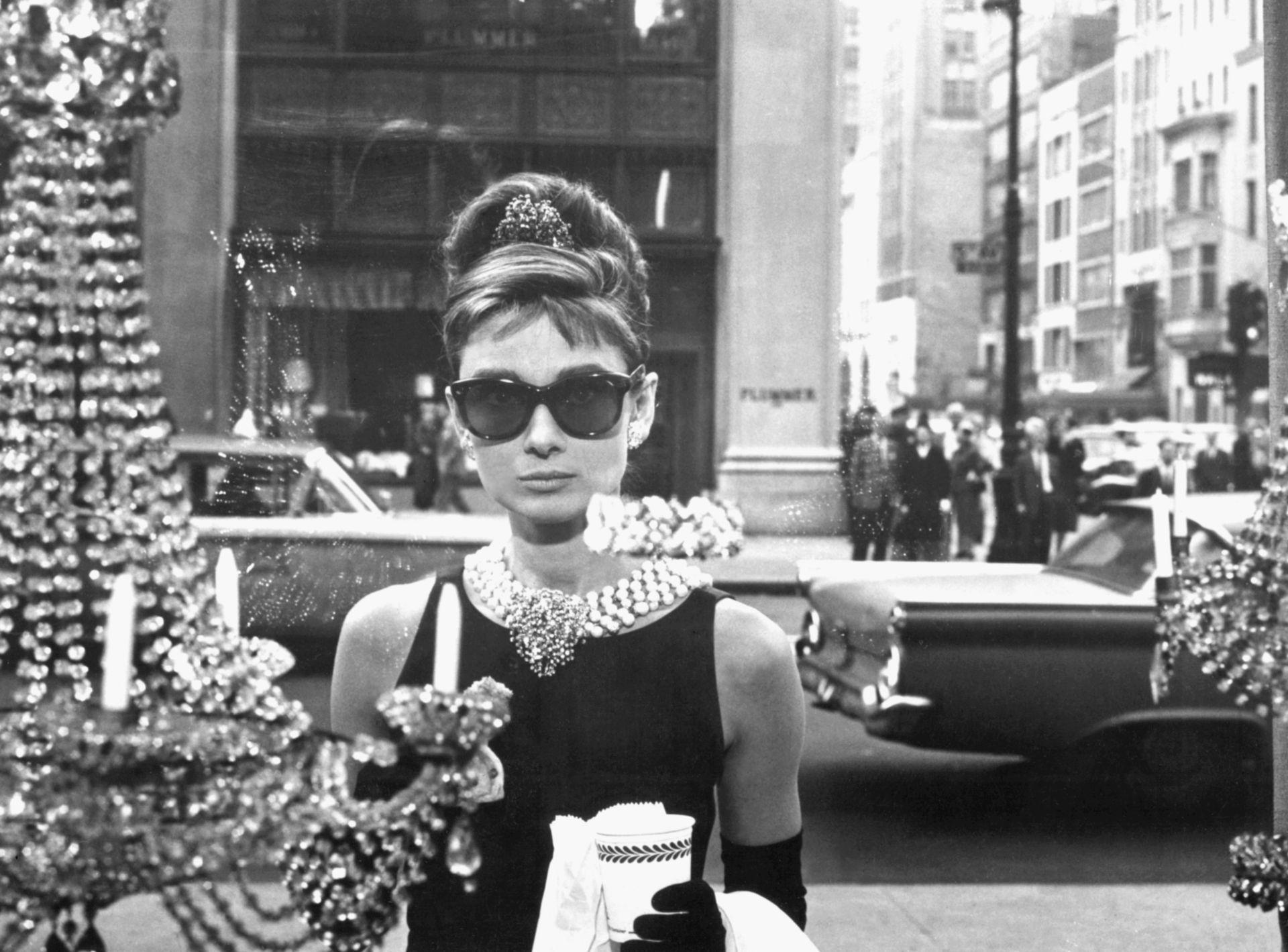 Audrey Hepburn a Truman Capote regényéből készült film, az Álom luxuskivitelben híressé vált jelenetében, a Tiffany ékszerüzlet kirakata előtt.