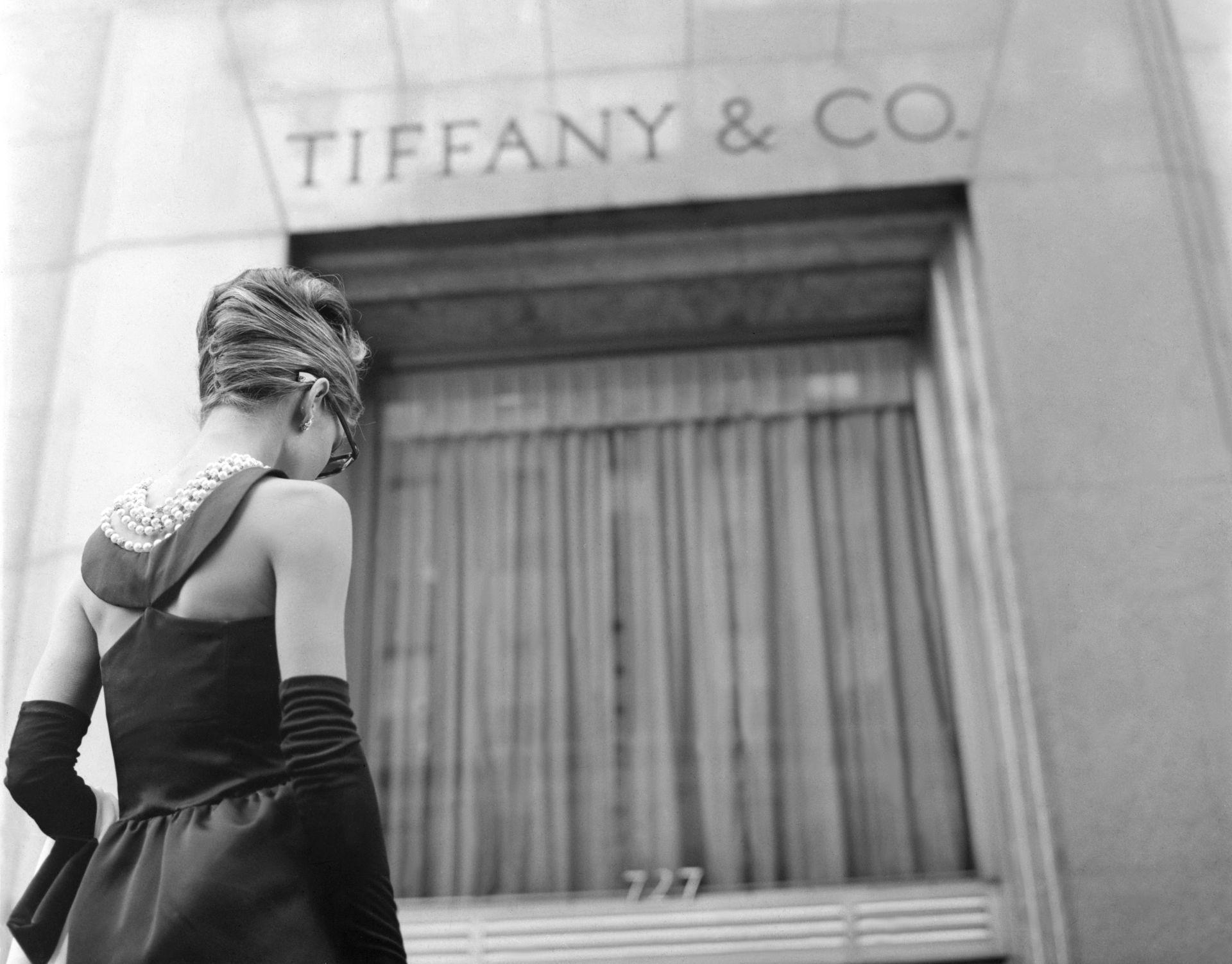 Audrey Hepburn az Álom luxuskivitelben film formgatásán, a Tiffany ékszerüzlete előtt.