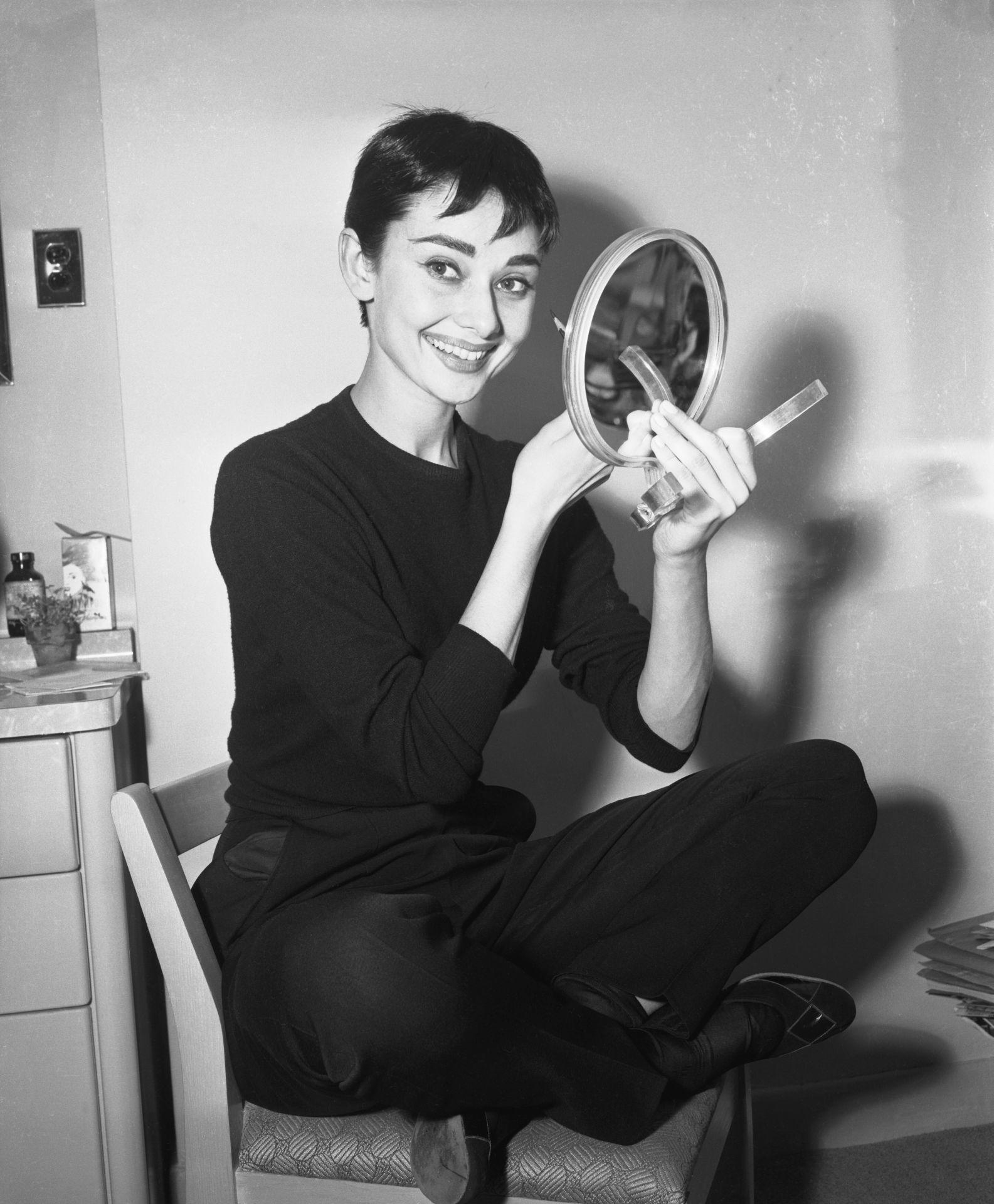 Audrey Hepburn színházi fellépés előtt az öltözőszobájában.