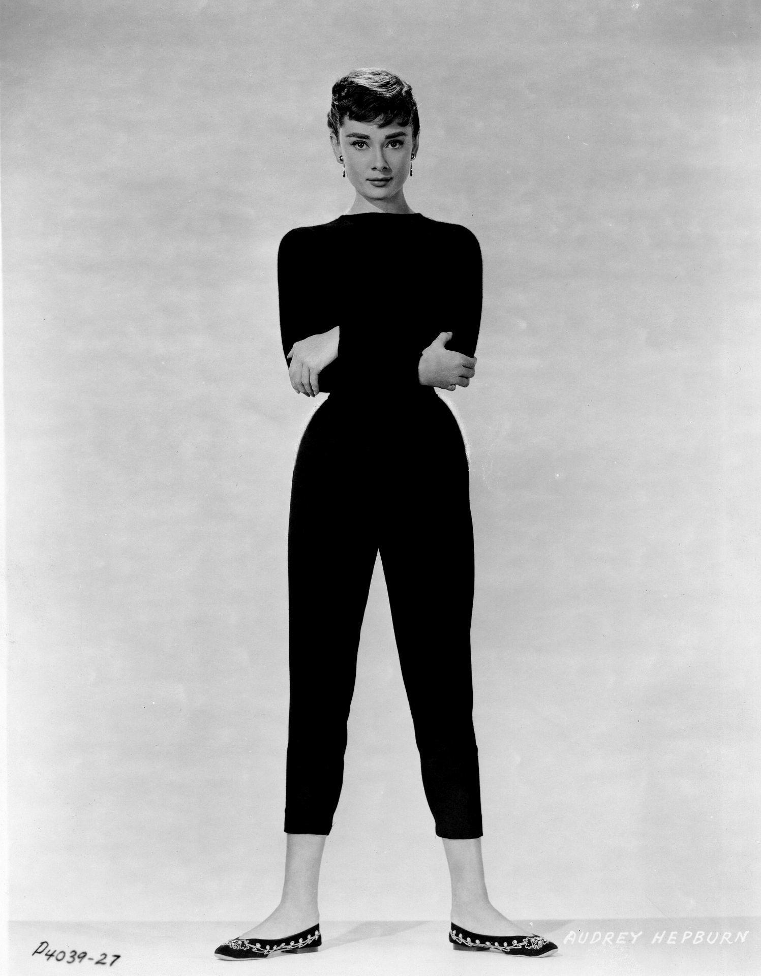 Audrey Hepburn szívesen viselt szivarnadrágot, szűk fazonú, mégis kényelmes felsővel és balerinacipővel.