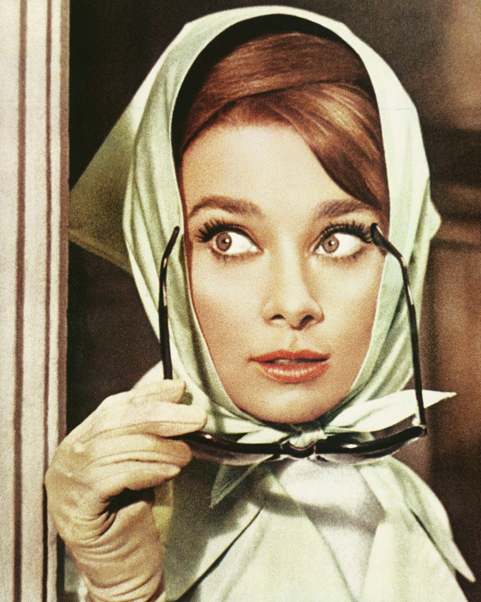 Audrey Hepburn az 1963-as Amerikai fogócska film egy jelenetében, selyemkedővel a fején.