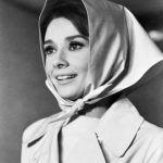 Audrey Hepburn nem csak a filmvásznon viselt szívesen fejkendőt.