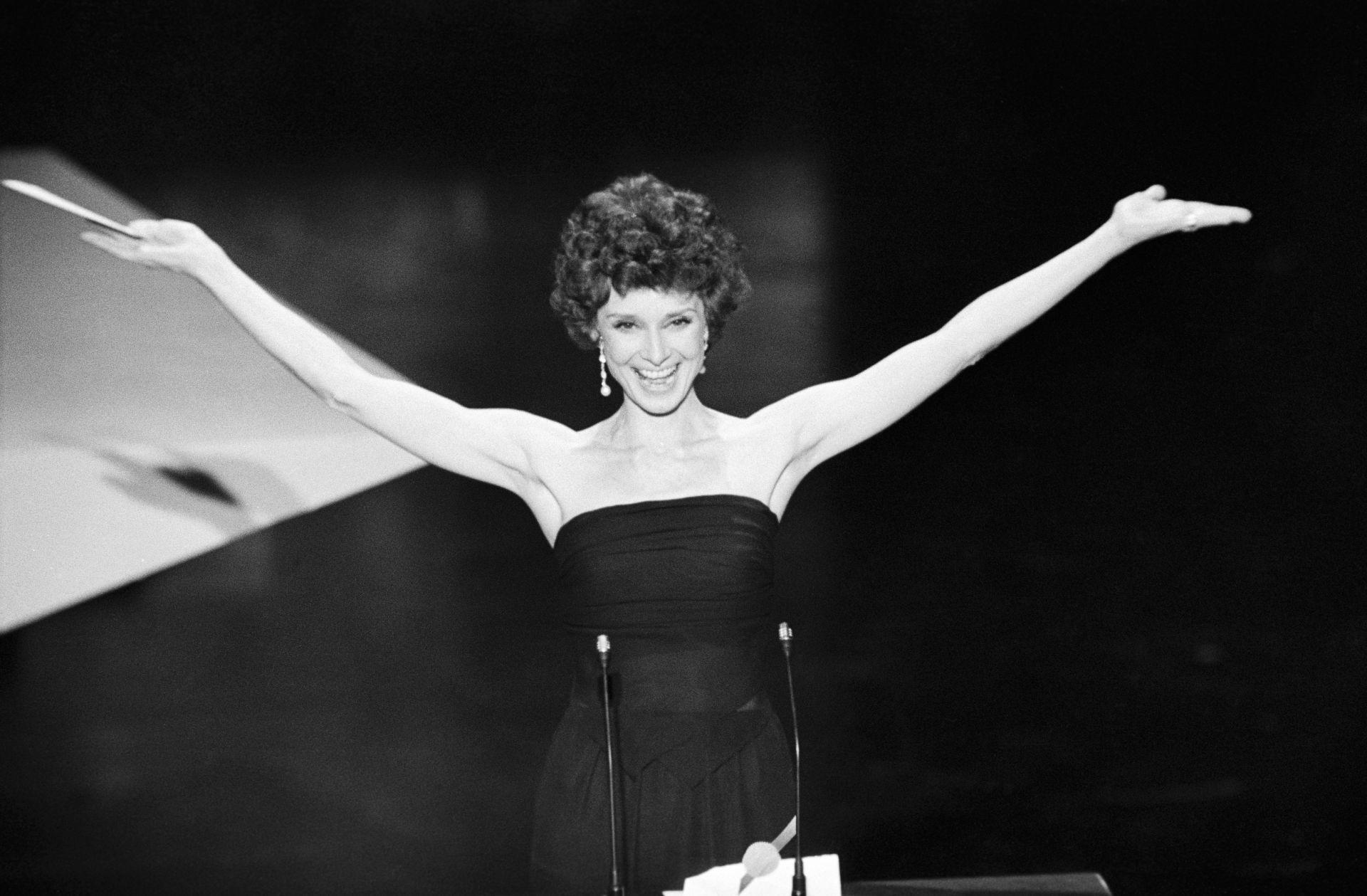 Audrey Hepburn az 1976-as Oscar-gála színpadán.