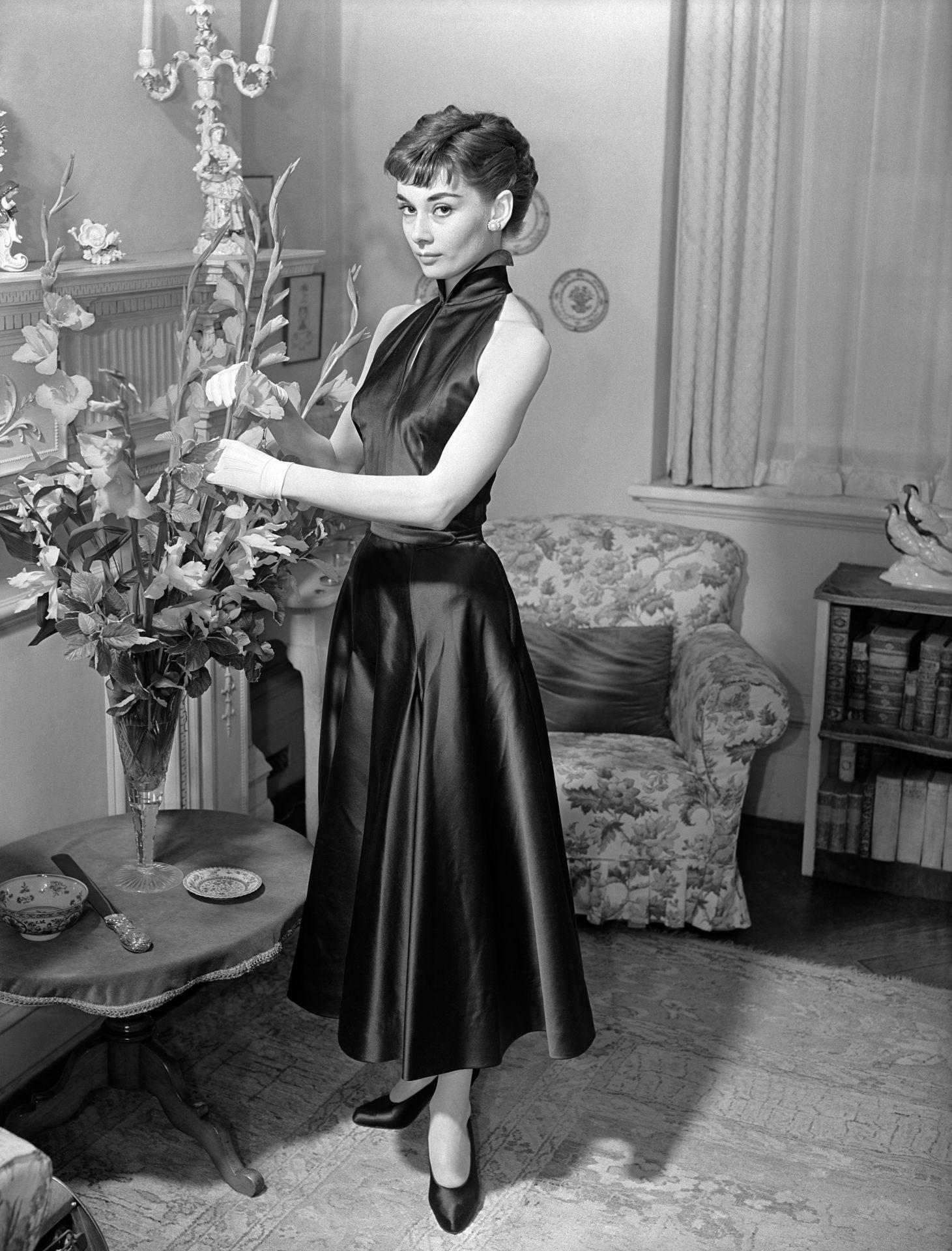 Audrey Hepburnről1953-ban készült ez a fotó, melyen szintén kis fekete ruhát visel.