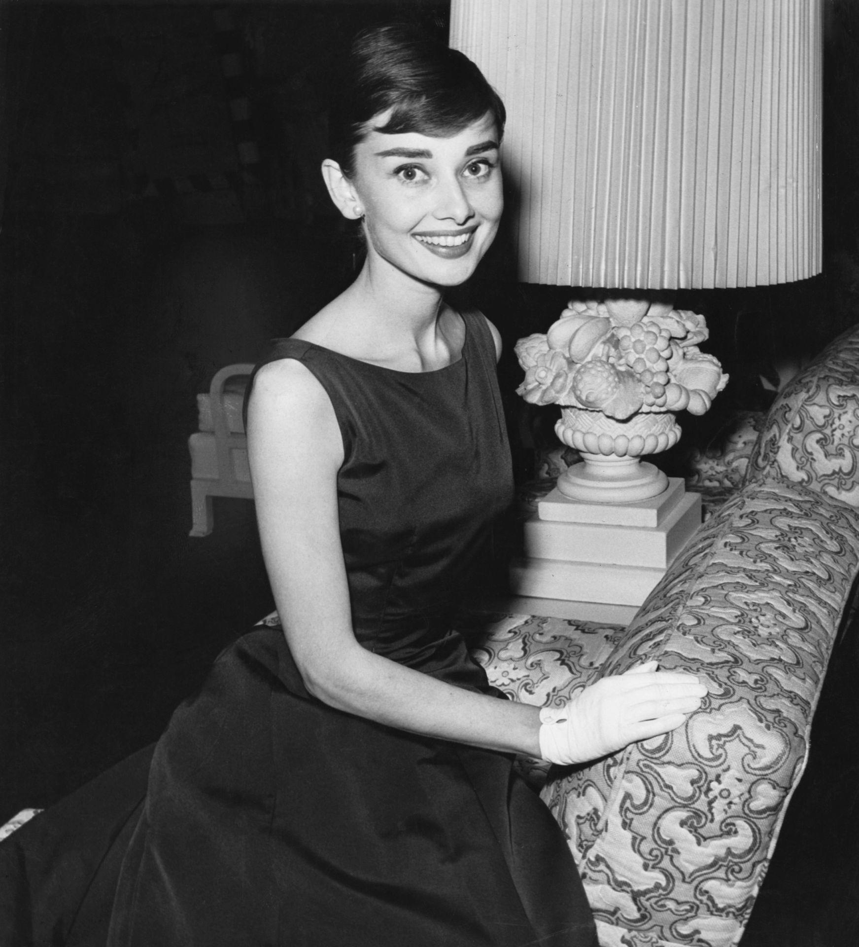 Audrey Hepburn fotója 1955 környékéről - természetesen kis fekete ruhában.