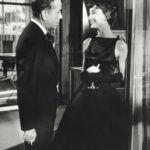Audrey Hepburn és Humphrey Bogart a Sabrina című film egyik jelenetében, melyben a színésznő a mára ikonikussá vált kis fekete ruháját viseli.