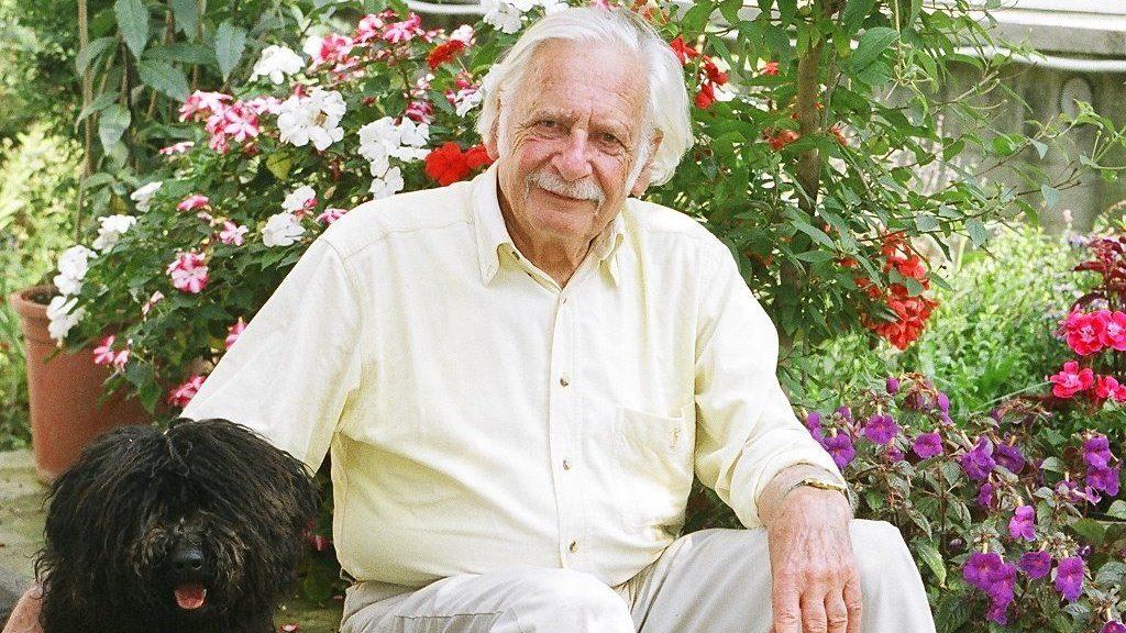 A karanténban sem unatkozik a 100 éves Bálint gazda, aranyos fotót posztolt az ország kertésze