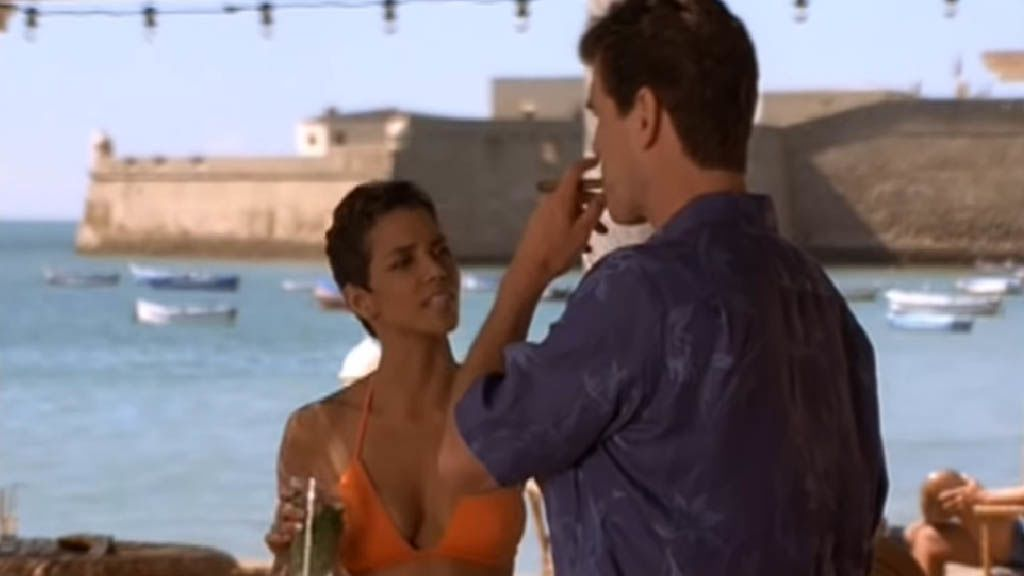 Halle Berry és Pierce Brosnan a Halj meg máskor! című James Bond filmben