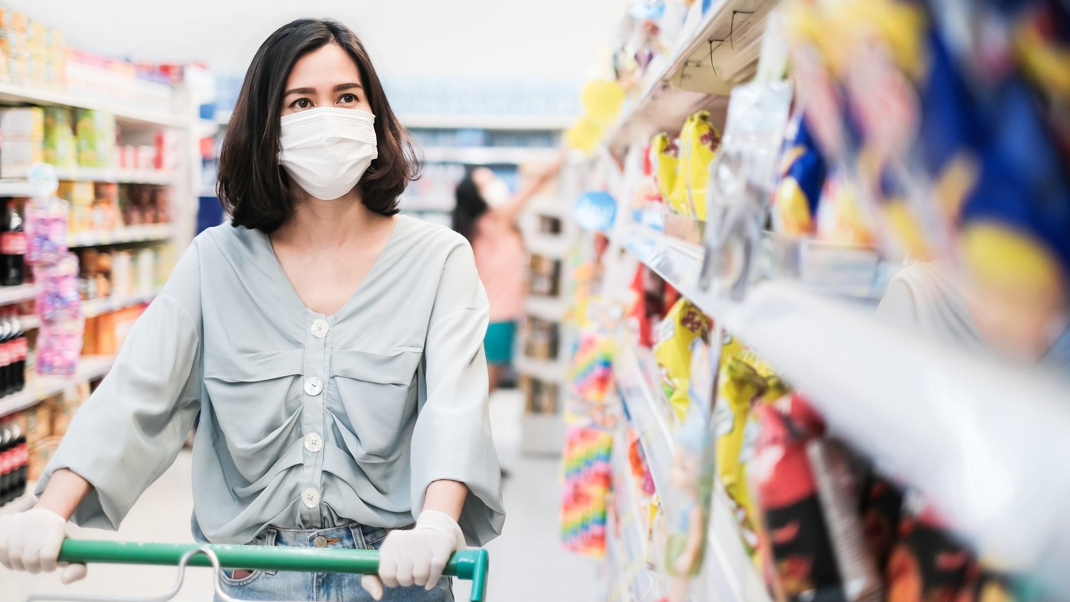 Bevásárlás maszkban, kesztyűben koronavírus idején