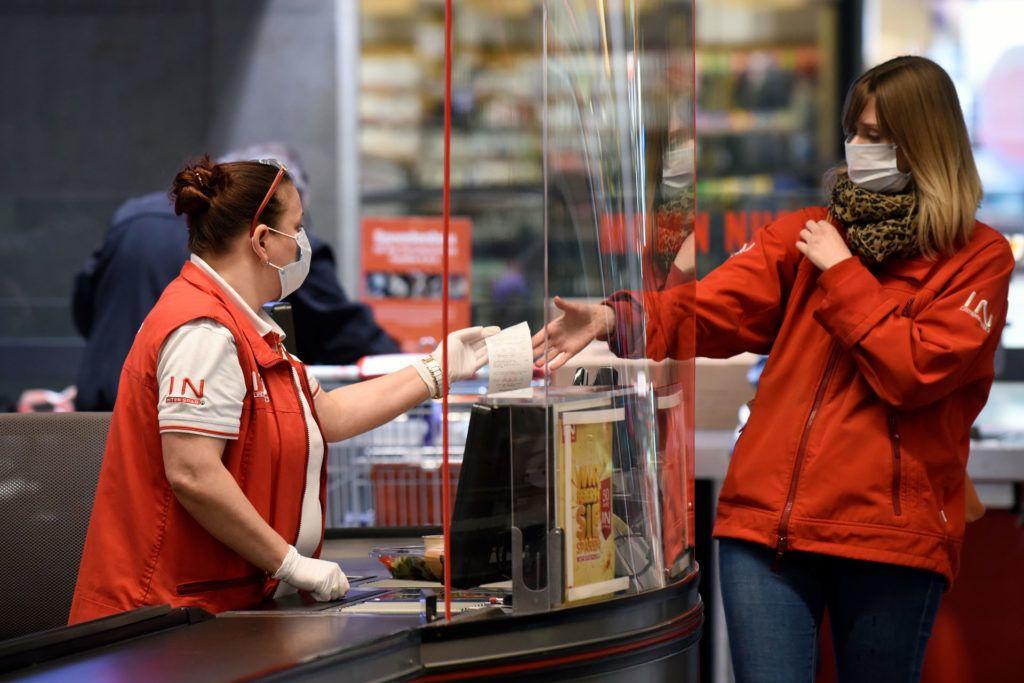 Ilyen a bolti eladók munkája a járvány alatt