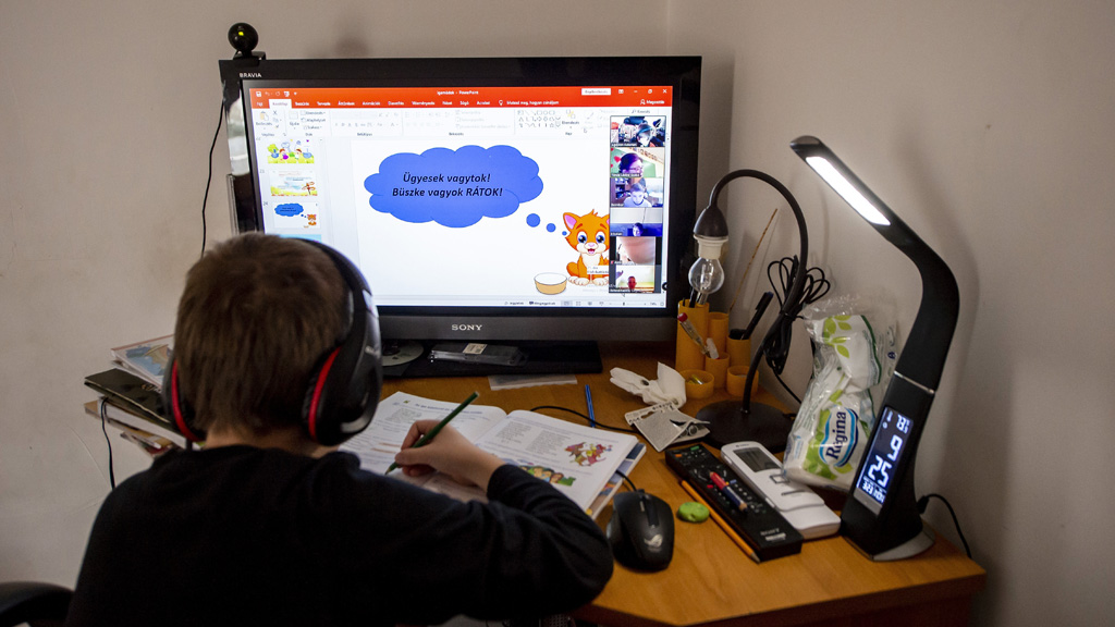 Távoktatásban tanulnak most a gyerekek. (Fotó: MTI/Komka Péter)