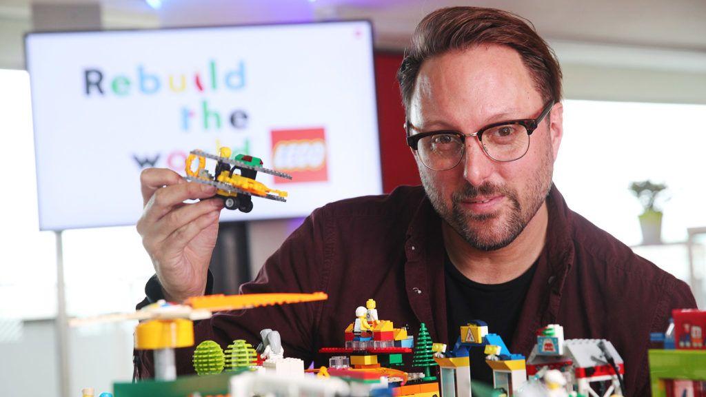 David Pallash két gyerek édesapja, így első kézből tapasztalja, milyen hatással van a karantén a gyerekekre (Fotó: LEGO)