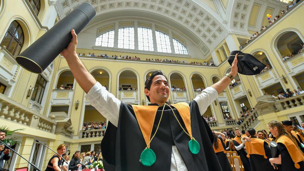 Debrecen, 2018. június 15. Egy végzett hallgató a Debreceni Egyetem Általános Orvostudományi Kar diplomaosztó ünnepségének végén az egyetem díszudvarán 2018. június 15-én. Ilyen ünnepség nem jár azoknak, akik most kérik a diplomát
