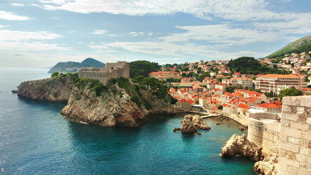 A horvátországi Dubrovnik látképe a tenger felől