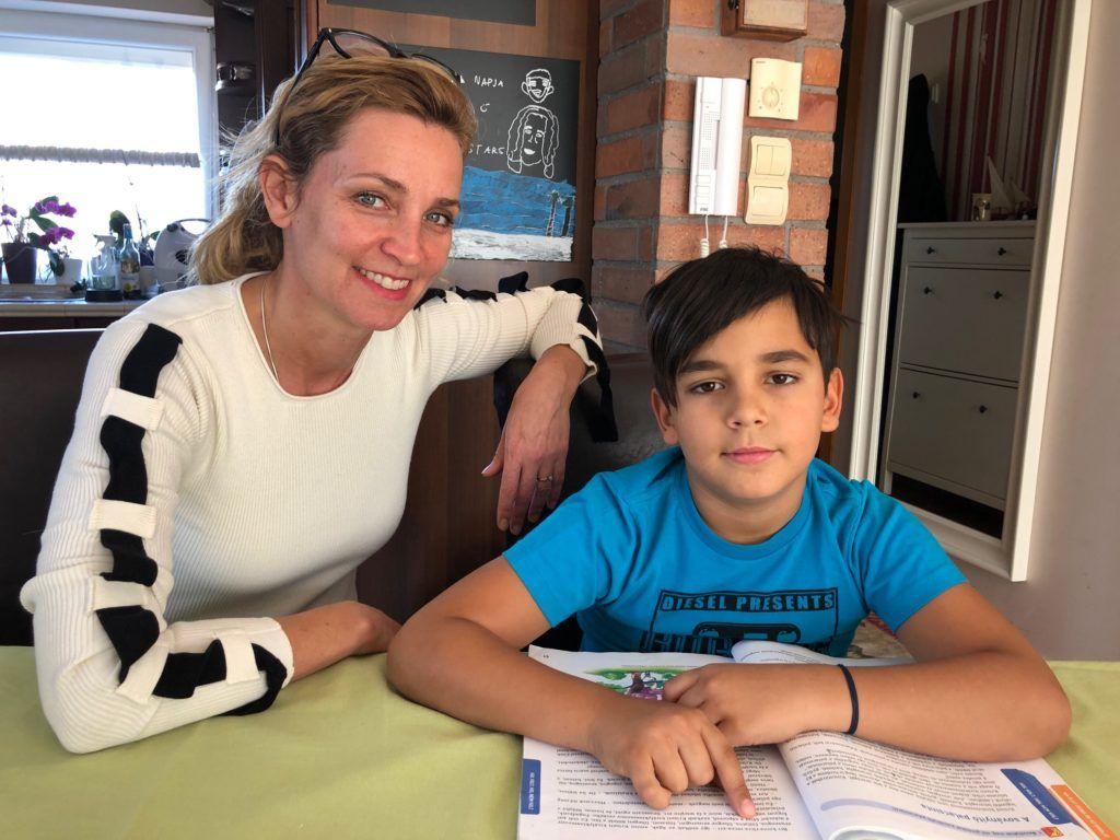 Novodomszky Éva kisebbik fiával, a harmadik osztályos Marcoval tanul (Fotó: Novodomszky Éva)