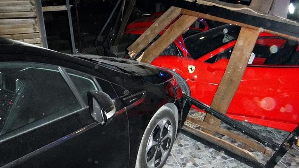 Az összetört Ferrari és a másik autó