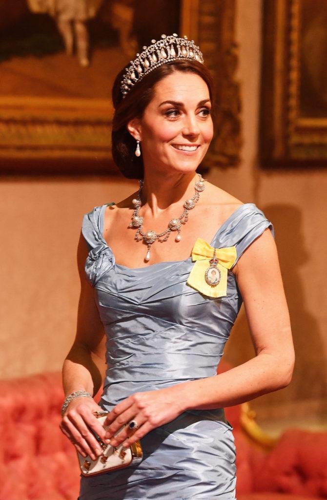Katalin hercegné 2018-ban egy állami banketten a Buckingham Palotában, ruháján a a királyi családi rangjelzéssel.