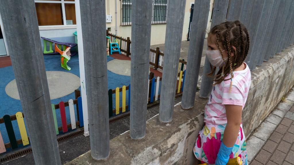 Spanyol kislány vágyakozva nézi a lezárt játszóteret (fotó: Joaquin Gomez Sastre/NurPhoto via Getty Images)