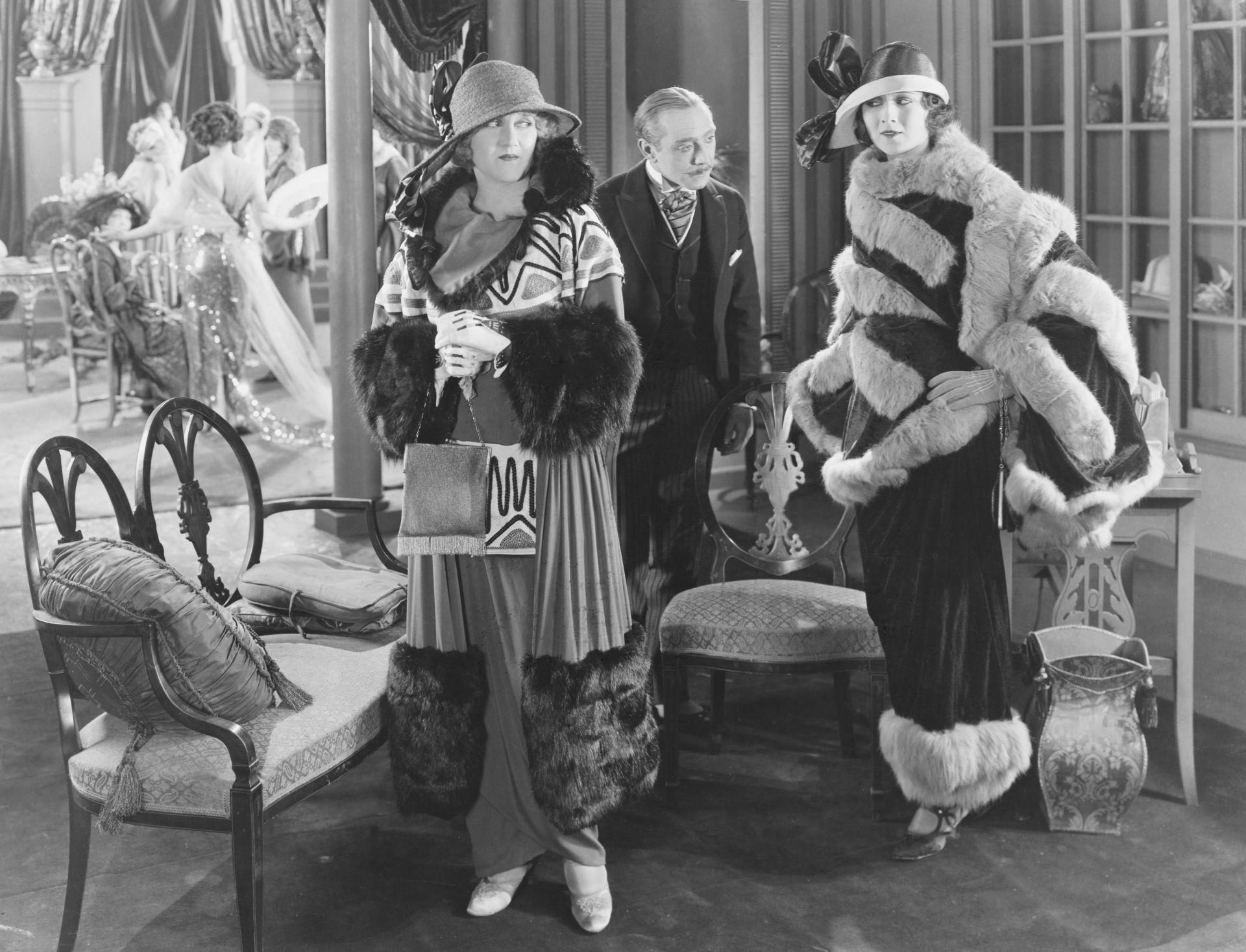 Hölgyek hobble szoknyás ruhában, 1917 környékén.