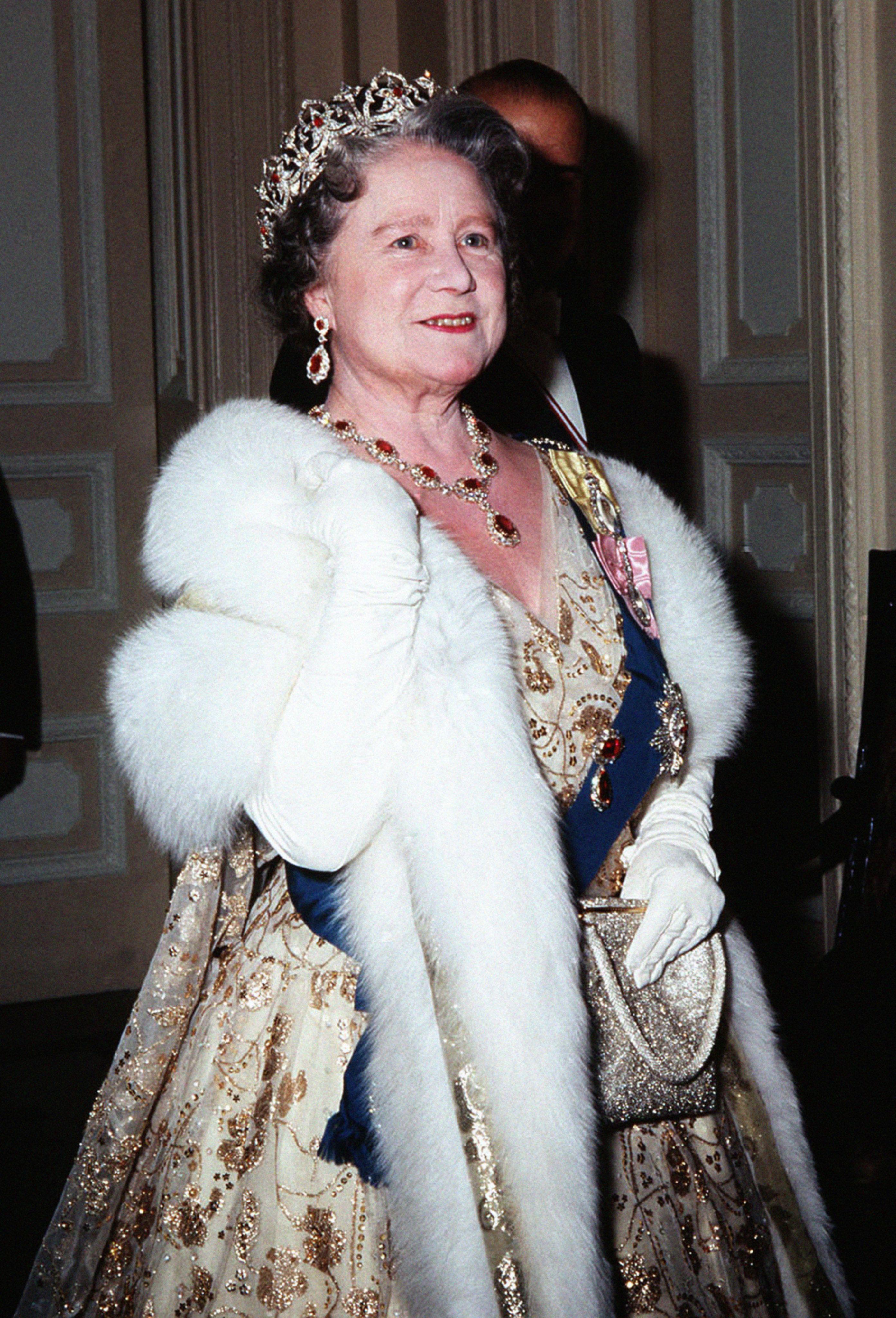 Ezsébet anyakirályné, ruháján a királyi családi rangjelzéseivel, melyeket férjétől és lányától kapott.