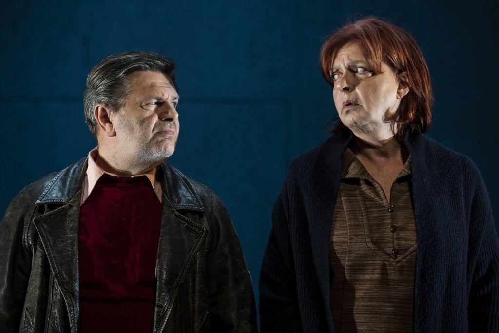 Gyabronka József és Hernádi Judit a Családi tűzfészek című színdarabban (Fotó: MTI/Mónus Márton)