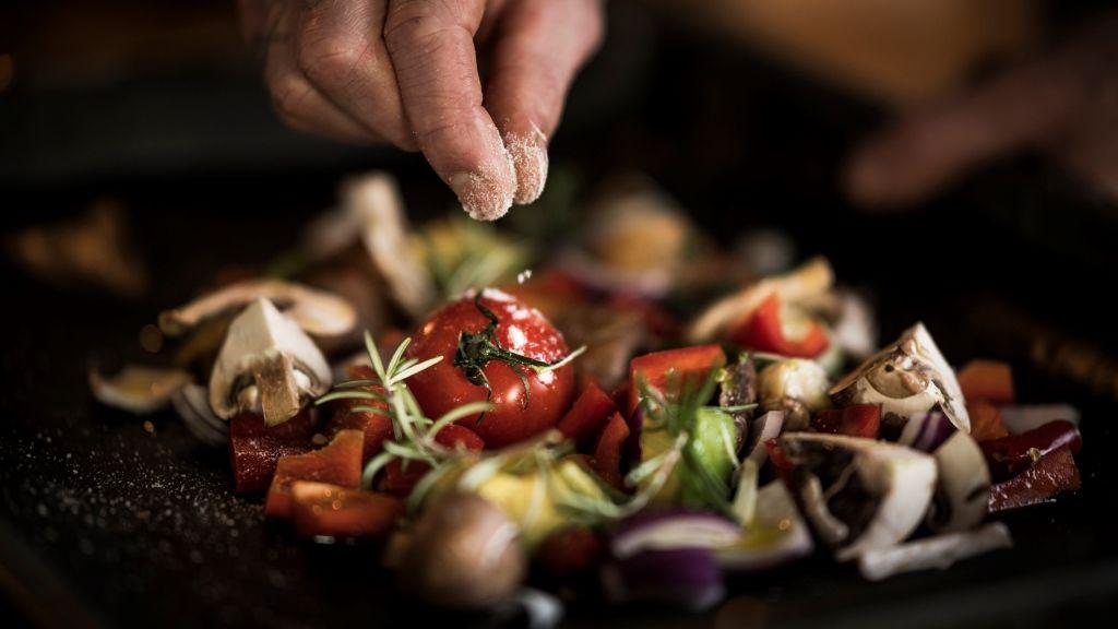 A főzést, az új ízeket is érdemes kipróbálni (fotó: Getty)