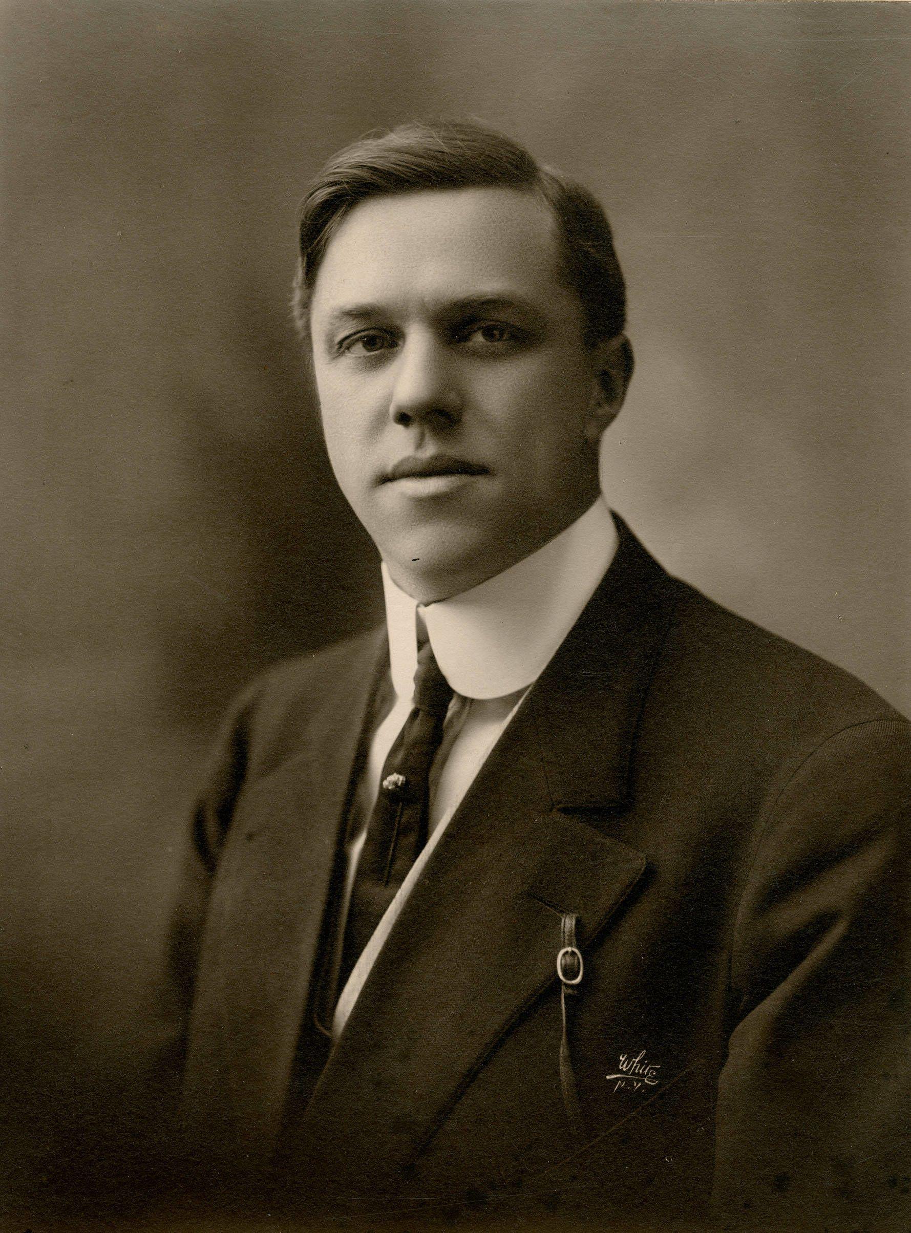 Férfi fotója 1910-ből, melyen jól látszik a merevített inggallér. (Fotó: Wikipedia)