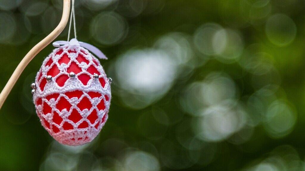A húsvéti locsolóknak készült, kézzel készített horgolt tartókában egy hollókői hímes tojás Hollókő Ófaluban. 2019-ben.MTVA/Bizományosi: Faludi Imre
