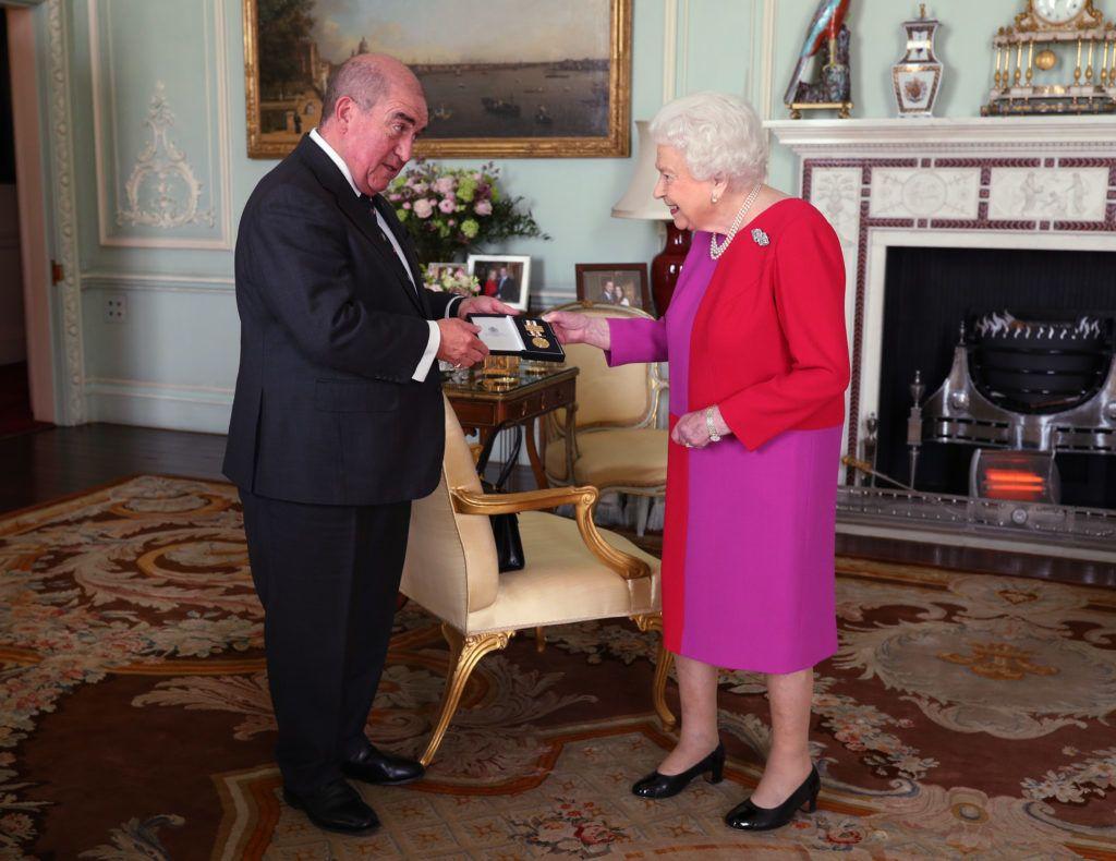 II. Erzsébet királynő átveszi a Szent János Rendjének kitüntetését Mark Compton professzortól, a Buckingham Palotában (Fotó: Yui Mok - WPA Pool/Getty Images)