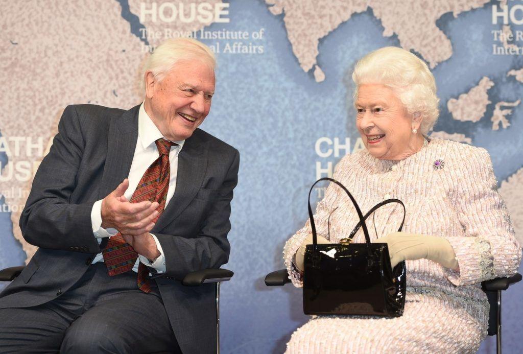 Sir David Attenborough és II. Erzsébet királynő egy rendezvényen (Fotó: Backgrid UK / Profimedia)