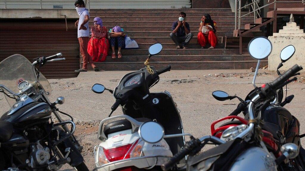 Indiai motorosok várják a kijárási korlátozás enyhítését.