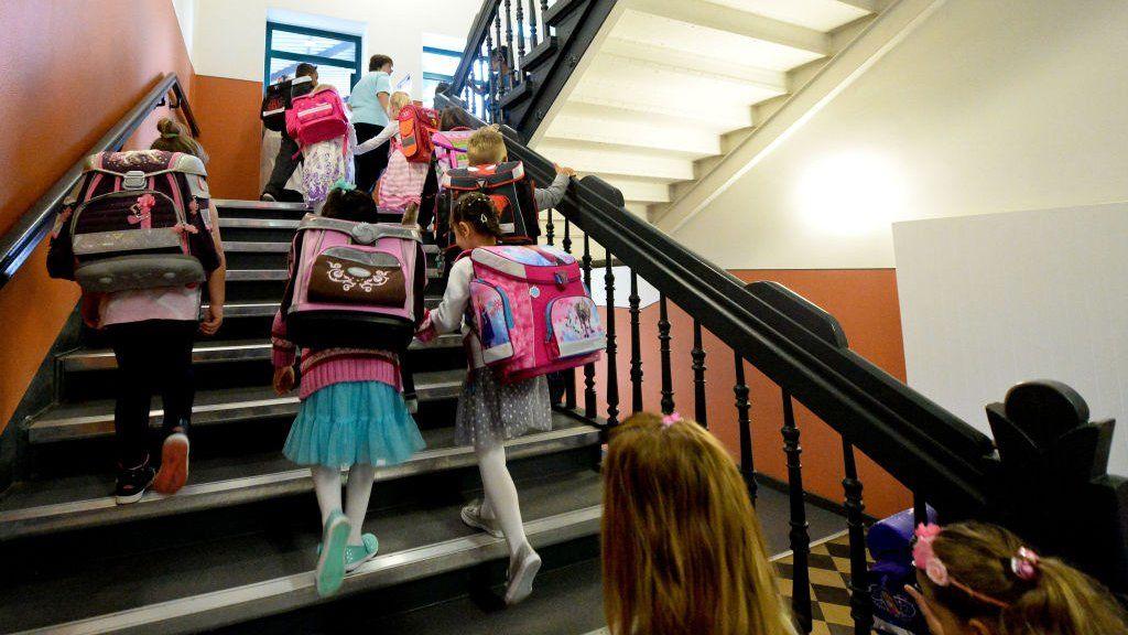 általános iskolások mennek fel a lépcsőn