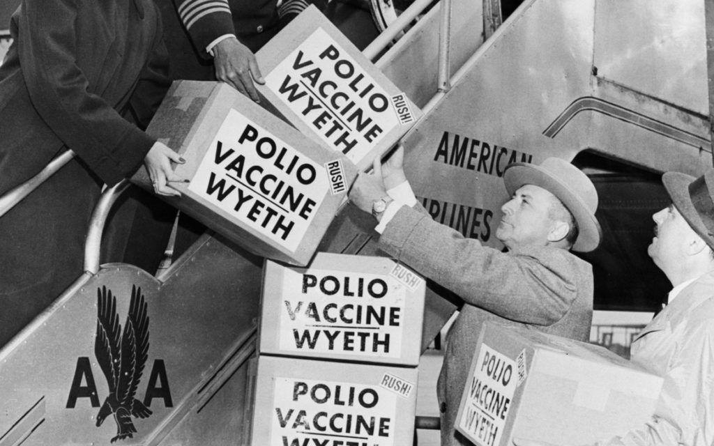 Gyermekbénulás elleni védőoltást szállítanak Európába egy amerikai gépen, 1955. (Fotó: Universal History Archive/Getty Images)