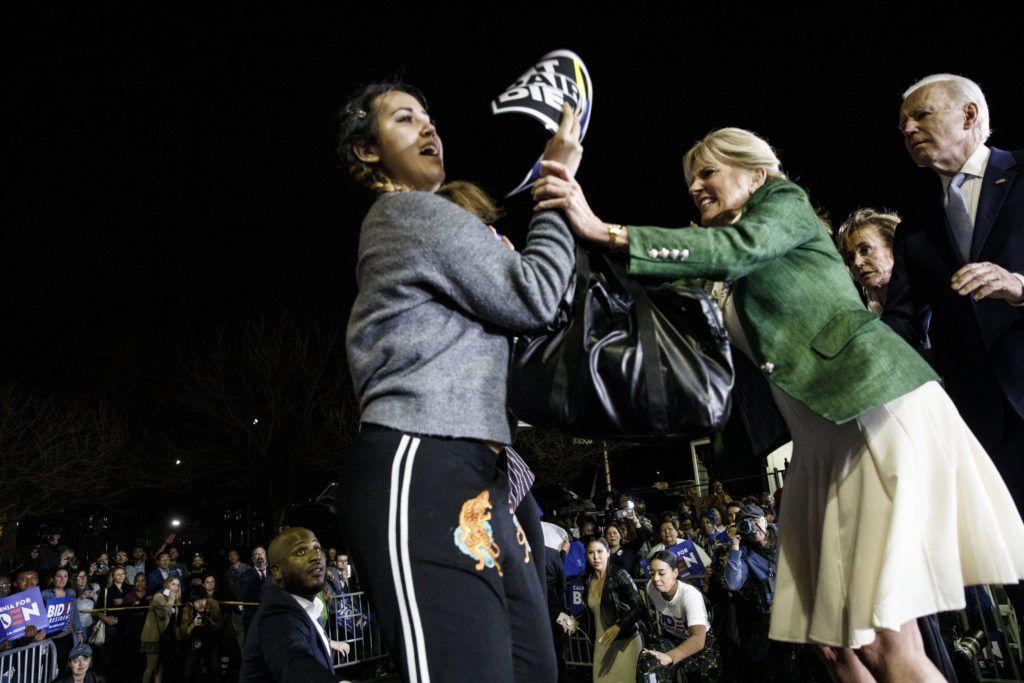Joe Biden egyik kaliforniai rendezvényén felesége Jill állja útját egy váratlanul színpadra ugró tüntetőnek (Fotó: Patrick T. Fallon/Bloomberg via Getty Images)