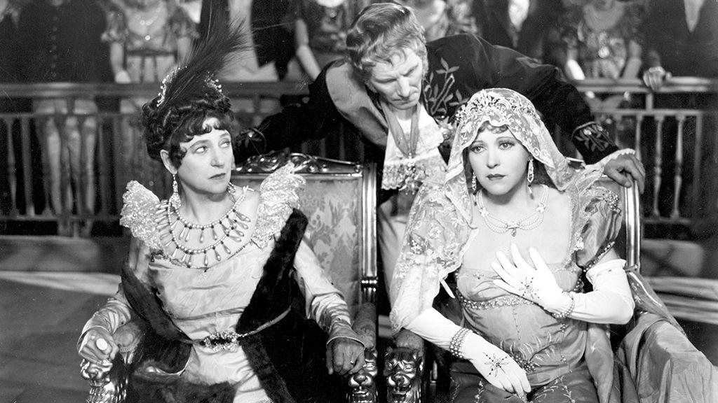 Ruth Chatterton amerikai színésznő, mint Jozefina császárné az A Royal Divorce című, 1938-as filmben, empire fazonú ruhában